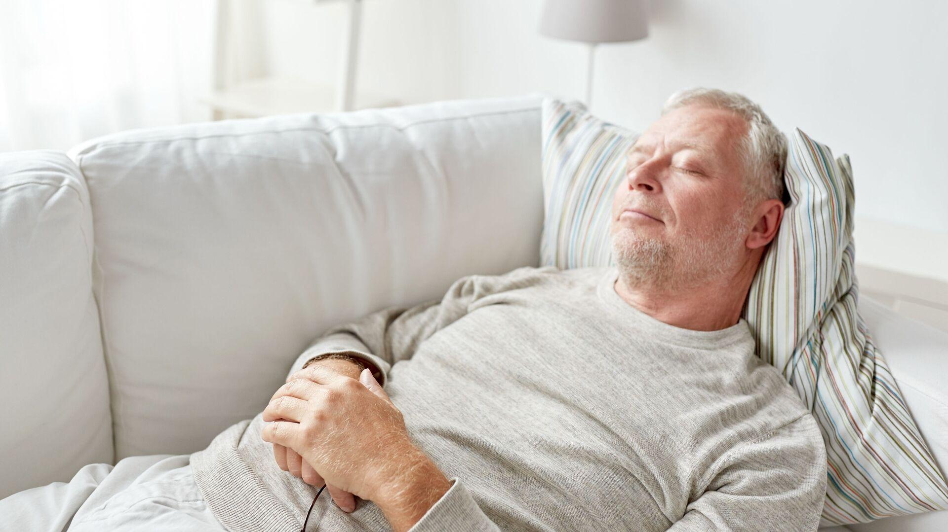 Un uomo sta dormendo sul divano - Sputnik Italia, 1920, 15.09.2021