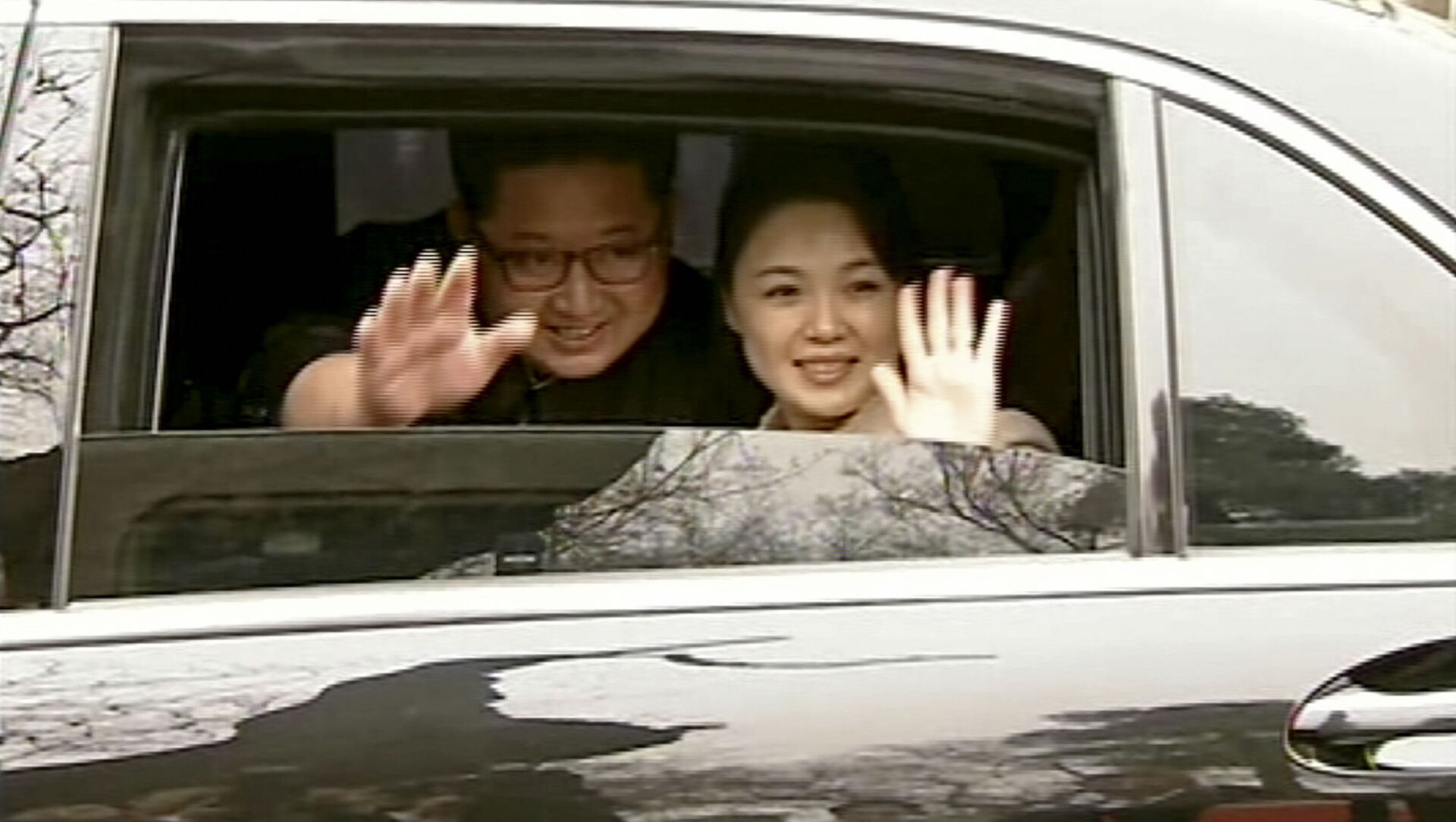 In this image taken from video footage run Wednesday, March 28, 2018, by China's CCTV via AP Video, North Korean leader Kim Jong Un, left, and his wife Ri Sol Ju wave from a car as they bid farewell to Chinese counterpart Xi Jinping and his wife Peng Liyuan in Beijing. - Sputnik Italia, 1920, 17.02.2021