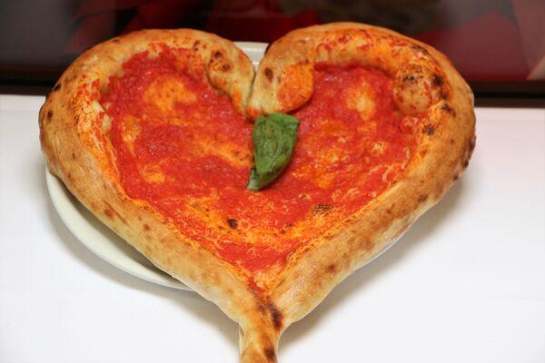 Una pizza a forma di cuore in un ristorante di Milano - Sputnik Italia