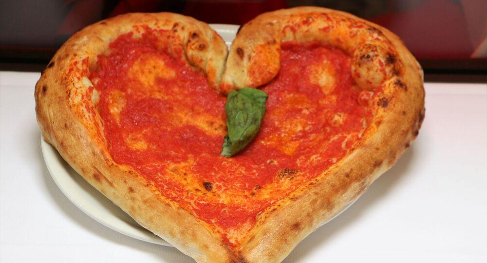 Una pizza a forma di cuore in un ristorante di Milano