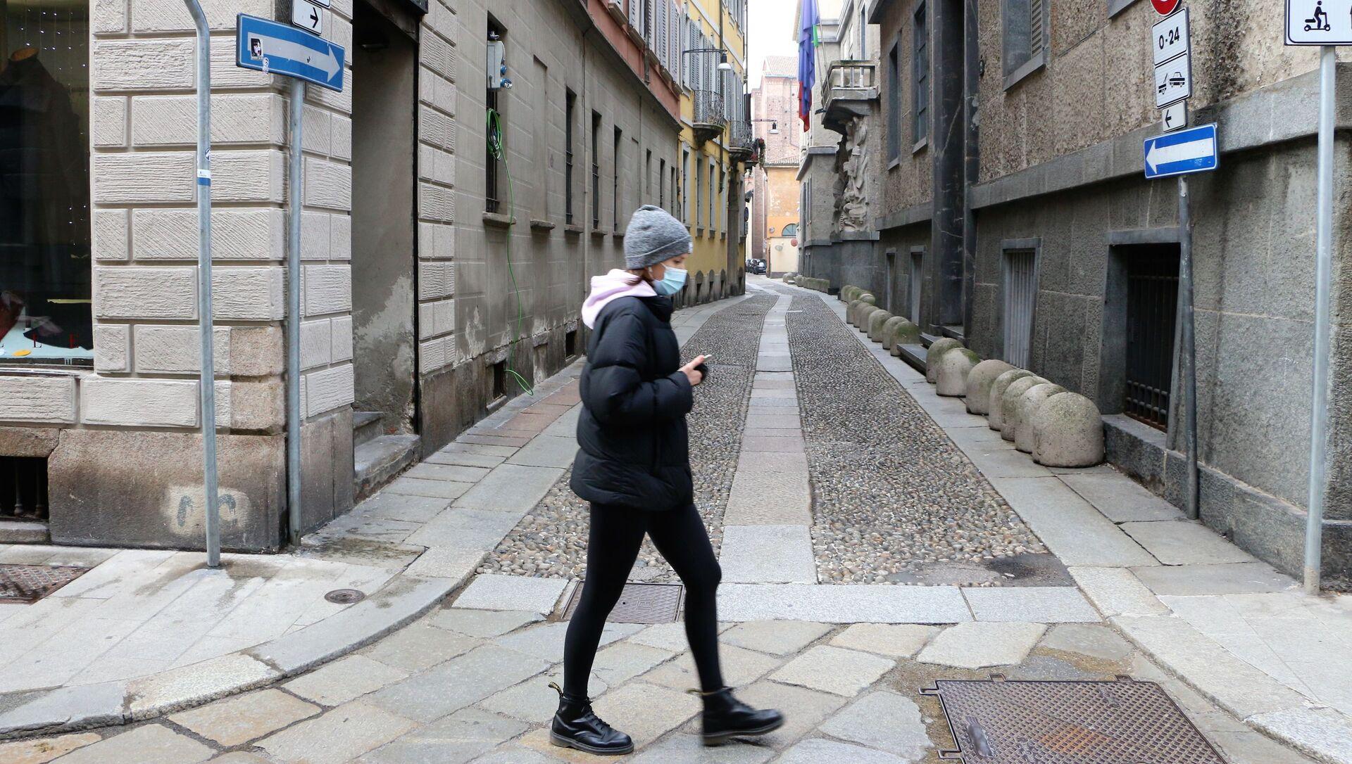Una donna in una strada di Milano, Italia - Sputnik Italia, 1920, 23.02.2021