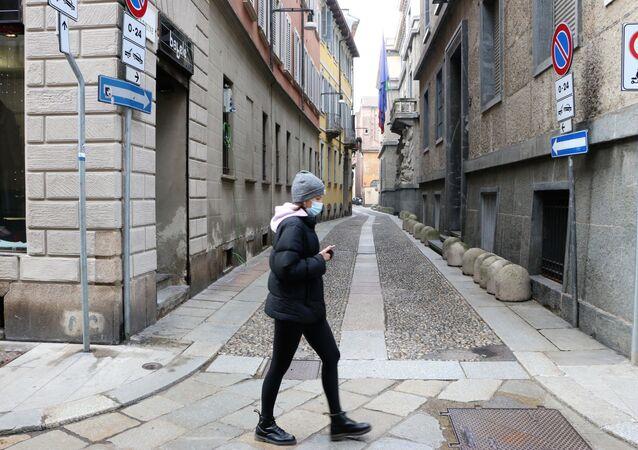 Una donna in una strada di Milano, Italia
