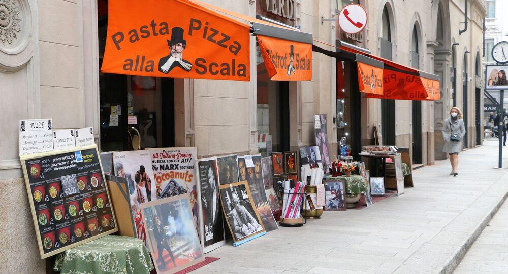 Un ristorante in una strada di Milano, Italia