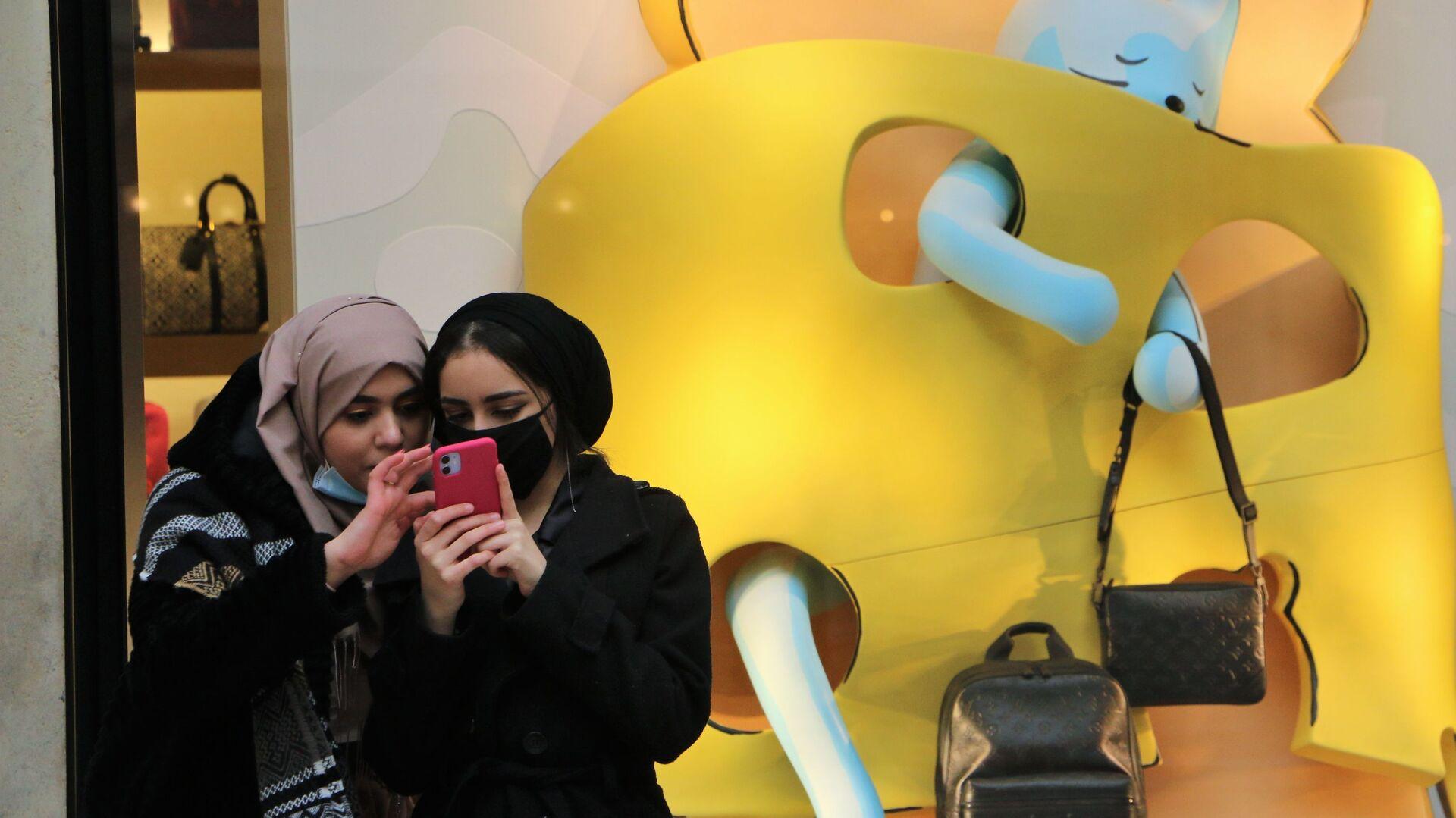 Le ragazze con il cellulare a Milano, Italia - Sputnik Italia, 1920, 01.03.2021