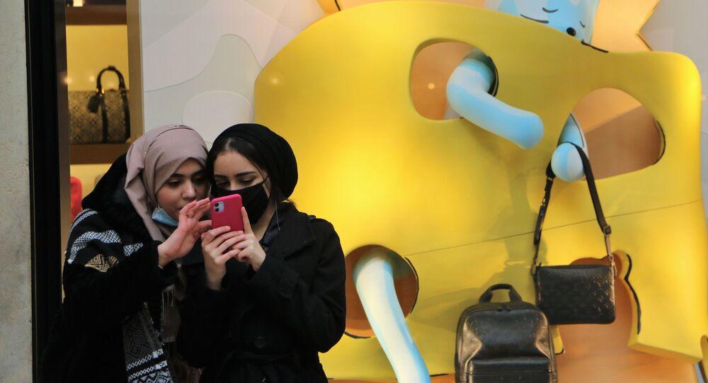Le ragazze con il cellulare a Milano, Italia