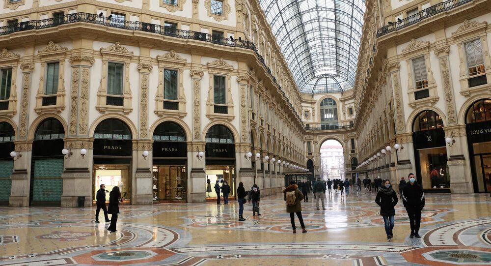 La galleria Vittorio Emanuele II semi-deserta a Milano, Italia