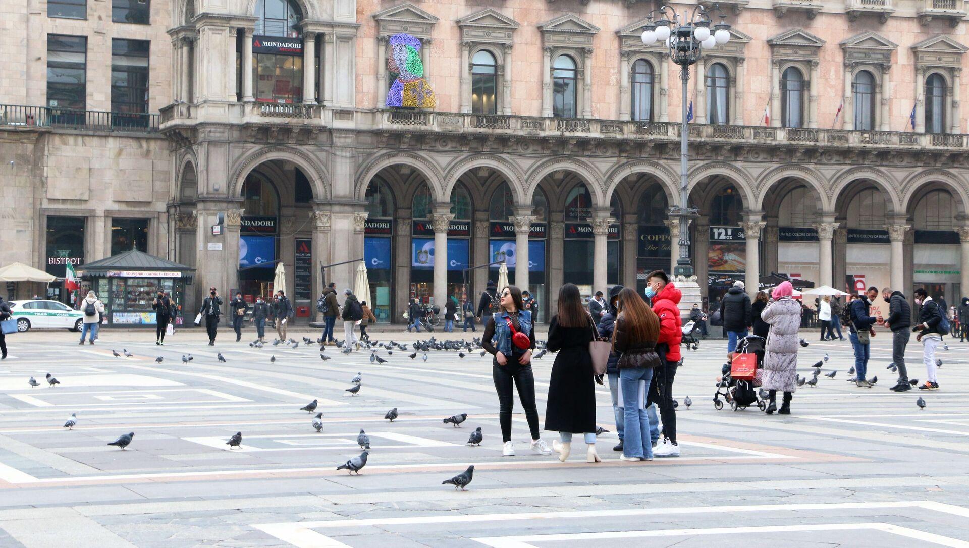 Le persone in Piazza del Duomo a Milano, Italia - Sputnik Italia, 1920, 11.03.2021