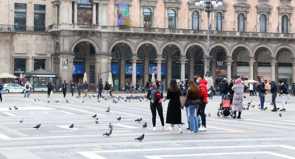 Le persone in Piazza del Duomo a Milano, Italia