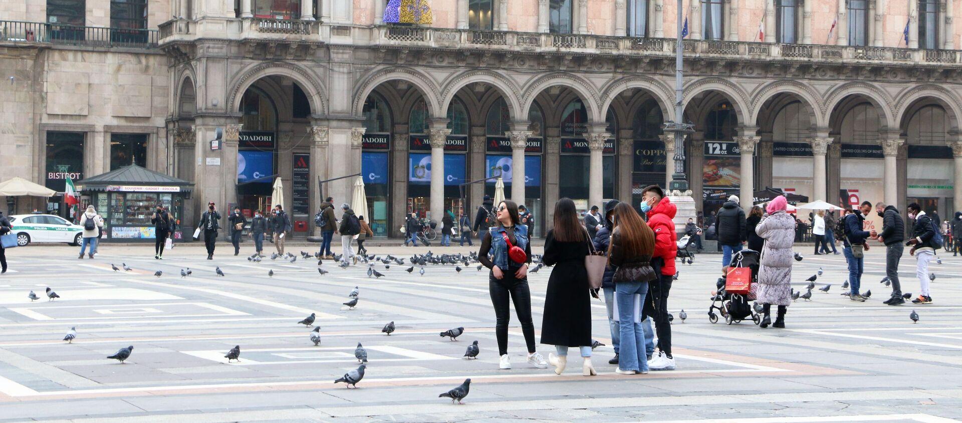 Le persone in Piazza del Duomo a Milano, Italia - Sputnik Italia, 1920, 02.03.2021