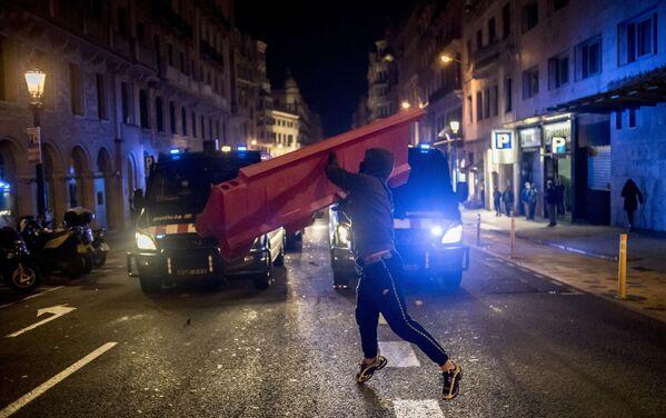 Partecipante a una protesta a sostegno del rapper Pablo Hasel a Barcellona - Sputnik Italia