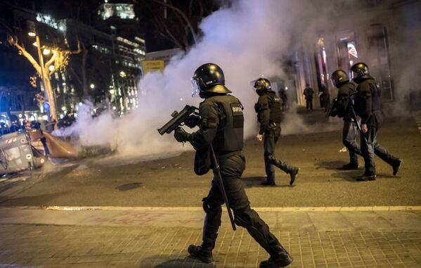 Agenti di polizia durante una protesta a sostegno del rapper Pablo Hasel a Barcellona - Sputnik Italia