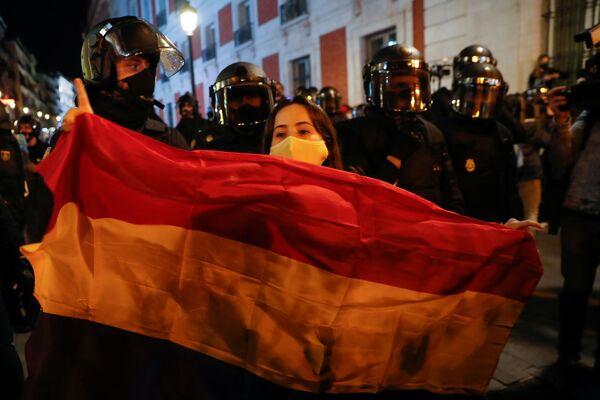 Una ragazza con la bandiera spagnola durante una protesta da parte dei sostenitori del rapper catalano Pablo Hasel a Madrid, Spagna - Sputnik Italia