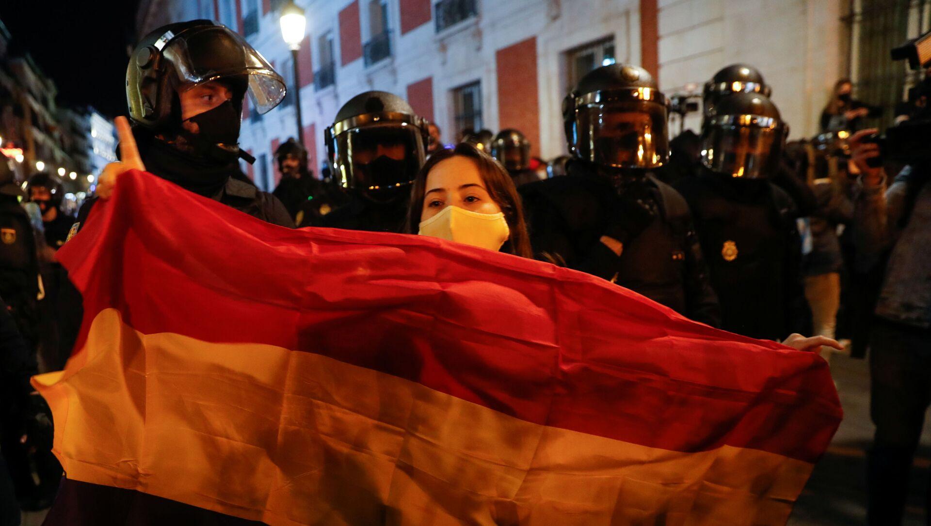 Девушка с испанским республиканским флагом во время протеста сторонников каталонского рэпера Пабло Хазеля в Мадриде, Испания - Sputnik Italia, 1920, 02.03.2021