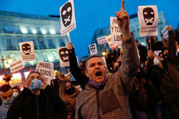 I sostenitori del rapper Pablo Hasel durante una manifestazione di protesta a Madrid, Spagna - Sputnik Italia