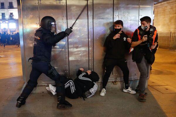 Scontri tra polizia e manifestanti durante una protesta dei sostenitori del rapper Pablo Hasel a Madrid, Spagna - Sputnik Italia