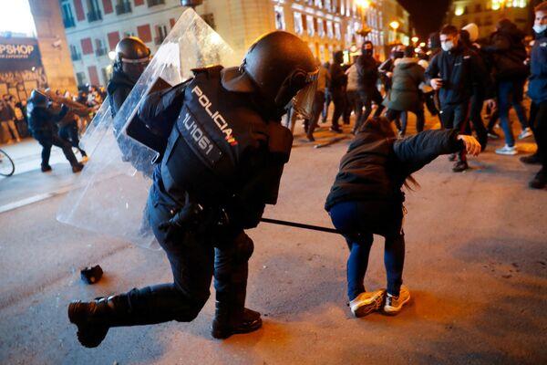 Scontri tra polizia e manifestanti durante una protesta a sostegno del rapper Pablo Hasel a Madrid, Spagna - Sputnik Italia