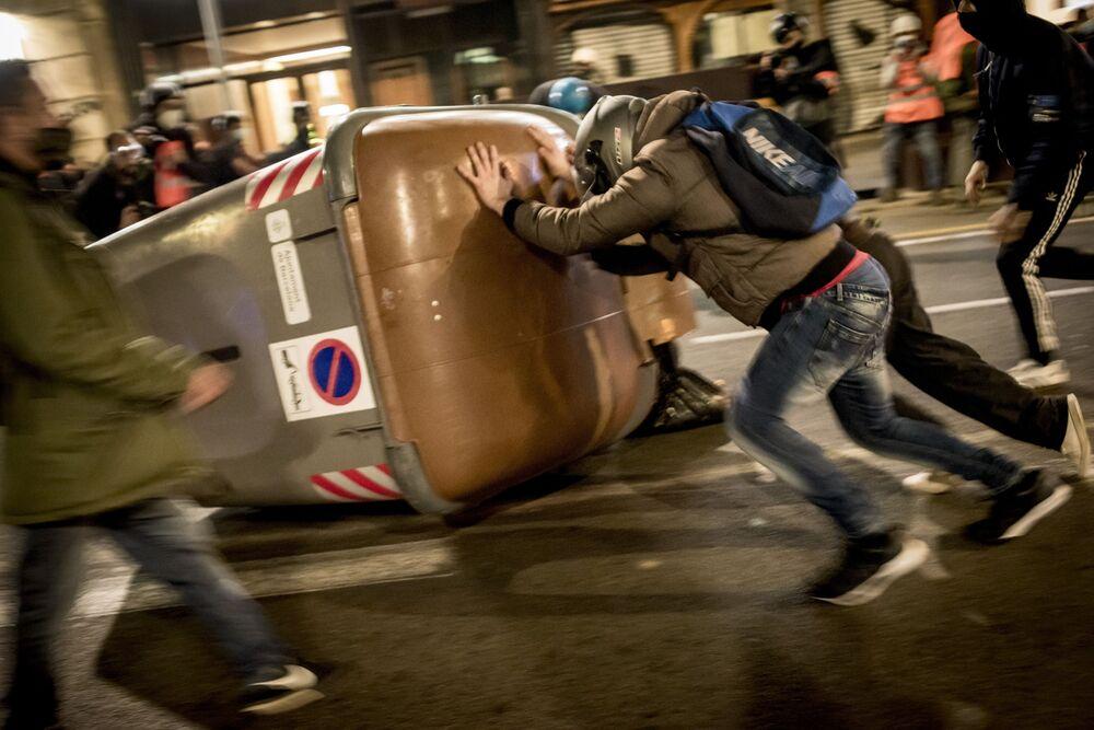 Manifestazione a sostegno del rapper Pablo Hasel a Barcellona