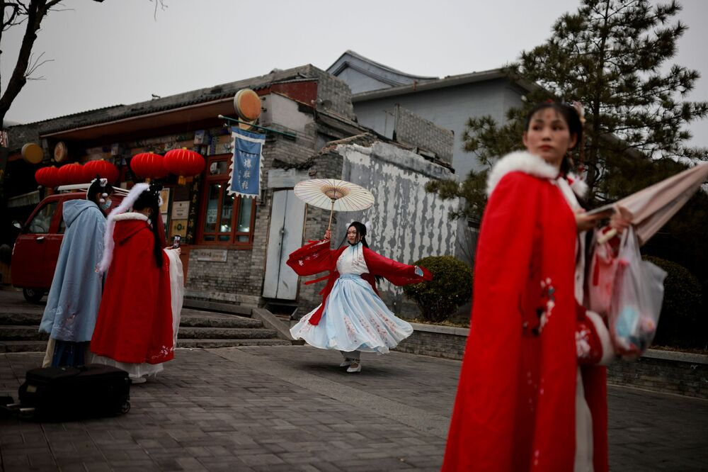 Ragazze in abiti tradizionali durante le celebrazioni del capodanno lunare a Pechino, Cina