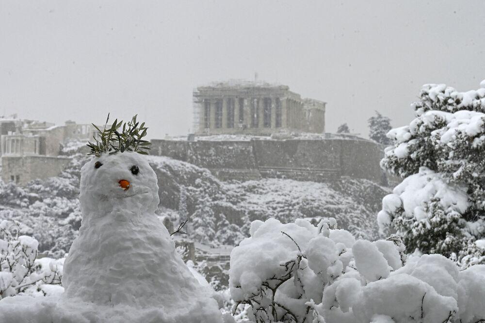 Pupazzo di neve davanti al Partenone innevato ad Atene