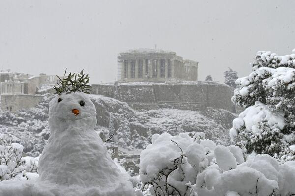 Pupazzo di neve davanti al Partenone innevato ad Atene - Sputnik Italia
