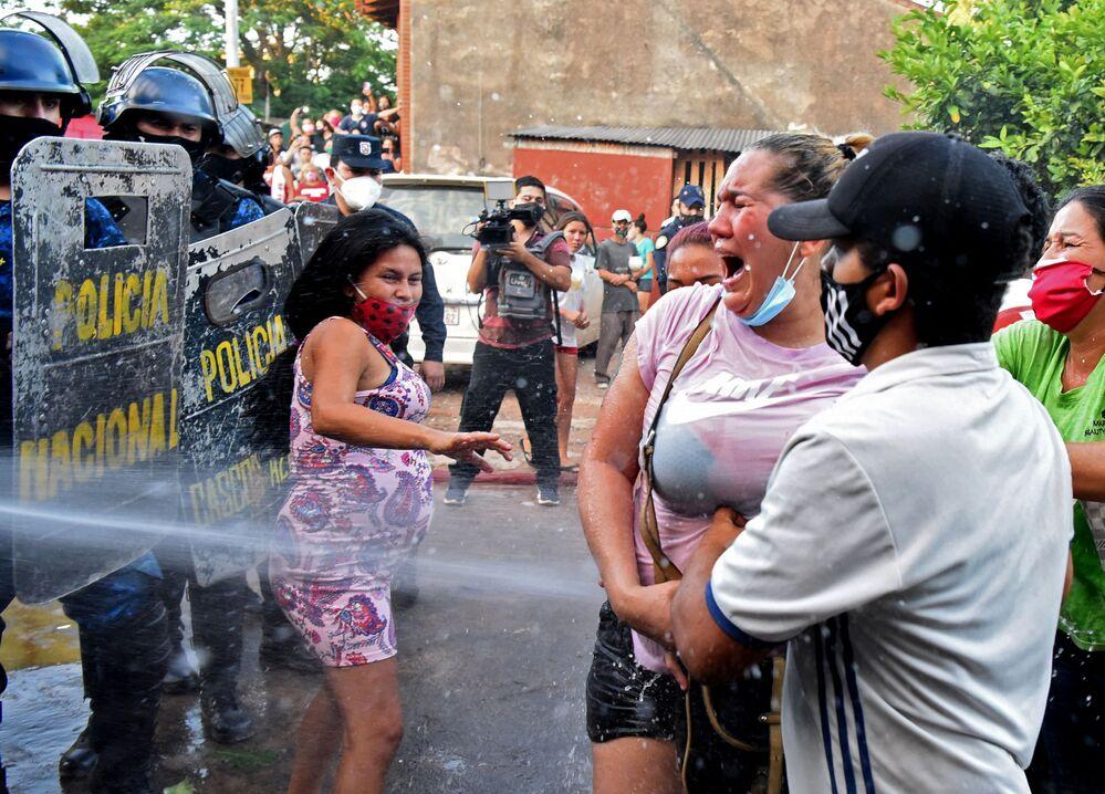 Proteste dei parenti dei detenuti vicino alla prigione di Tacumbu ad Asuncion, in Paraguay