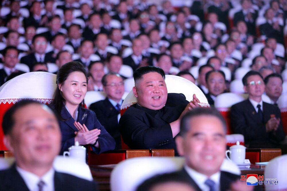 Il leader nordcoreano Kim Jong-un con sua moglie Ri Sol-Ju alla performance musicale dedicata all'anniversario di Kim Jong II