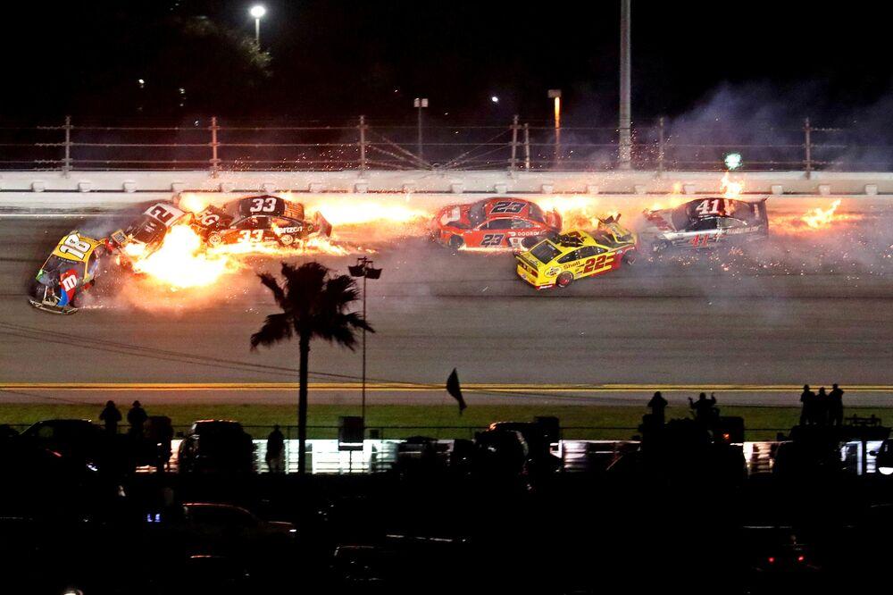 I piloti della NASCAR Cup si schiantano durante la gara di Daytona 500