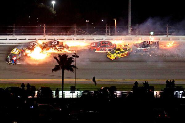 I piloti della NASCAR Cup si schiantano durante la gara di Daytona 500 - Sputnik Italia