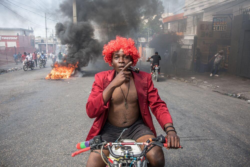 Partecipante a una manifestazione antigovernativa a Port-au-Prince, Haiti