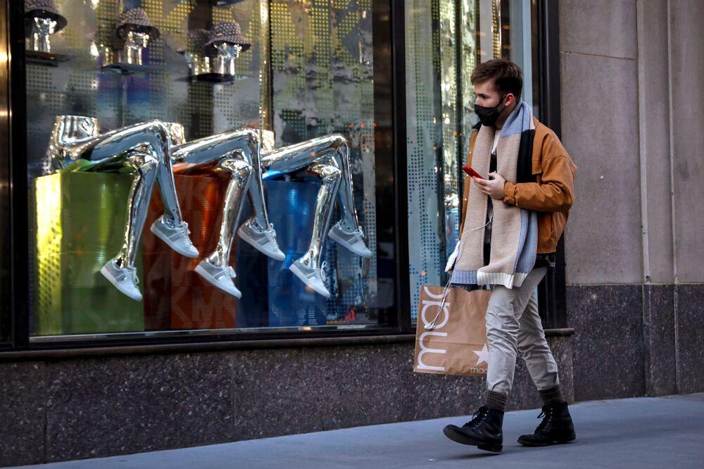 Un uomo fa acquisti sulla 5th Avenue a New York, USA, il 17 febbraio 2021