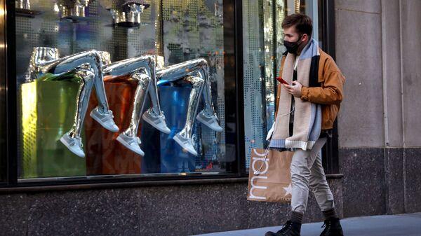 Мужчина на 5-й авеню в Нью-Йорке - Sputnik Italia