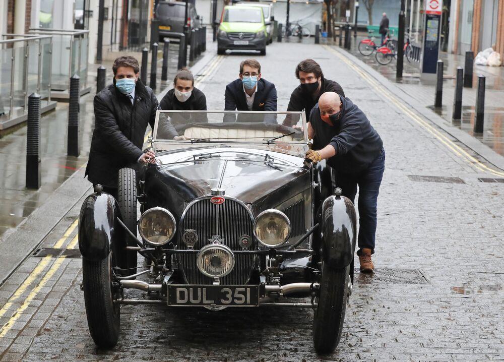 Bugatti Type 57S del 1937 vicino alla casa d'aste Bonhams a Londra