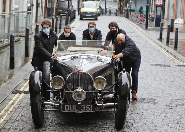 Bugatti Type 57S del 1937 vicino alla casa d'aste Bonhams a Londra - Sputnik Italia