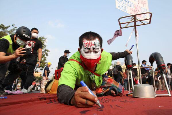 Un manifestante durante una protesta a Bangkok - Sputnik Italia