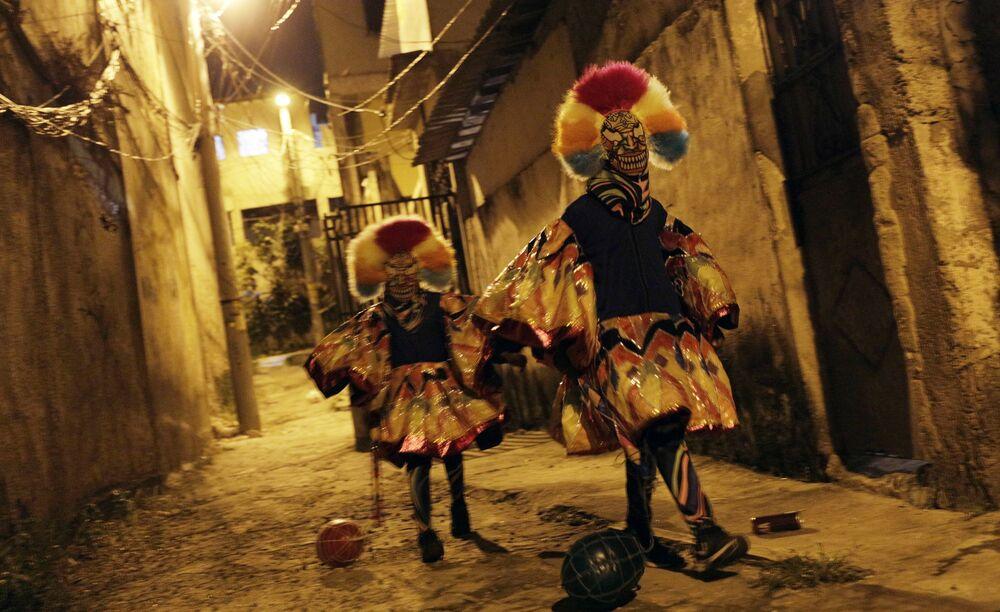 Partecipanti al tradizionale carnevale nella periferia di Rio de Janeiro