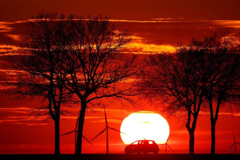 Una macchina sulla strada al tramonto, Francia.