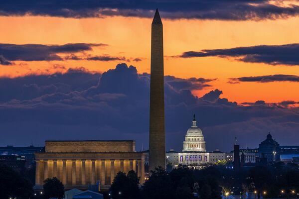 Lincoln Memorial, Washington Monument e Campidoglio degli Stati Uniti all'alba nel giorno dell'insediamento di Joe Biden a Washington DC.  - Sputnik Italia