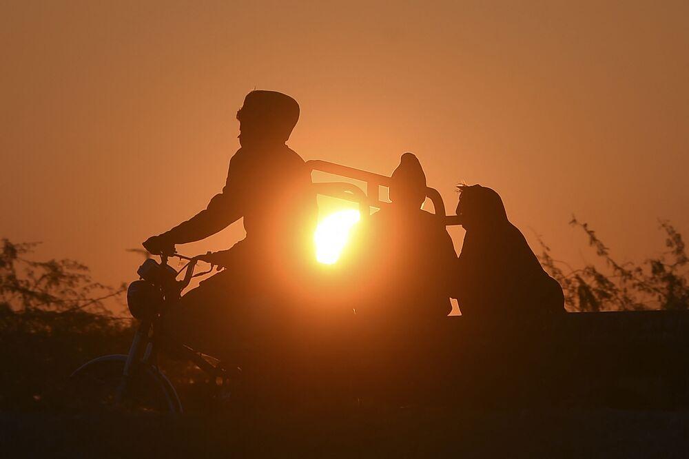 Le persone fanno un viaggio all'alba nel giorno di Capodanno a Karachi.