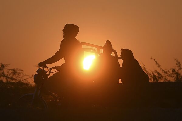 Le persone fanno un viaggio all'alba nel giorno di Capodanno a Karachi.   - Sputnik Italia