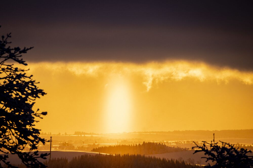 Il sole sorgente nel villaggio di Altenberg in Germania.
