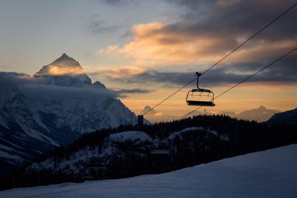 Funivia nelle Alpi all'alba, Cortina d'Ampezzo, Italia.