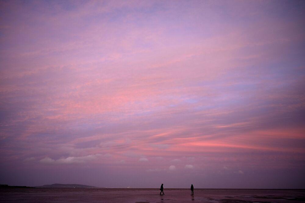 Tramonto sulla costa del sobborgo residenziale di Sandymount, Dublino, Irlanda.