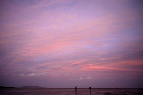 Tramonto sulla costa del sobborgo residenziale di Sandymount, Dublino, Irlanda.  - Sputnik Italia
