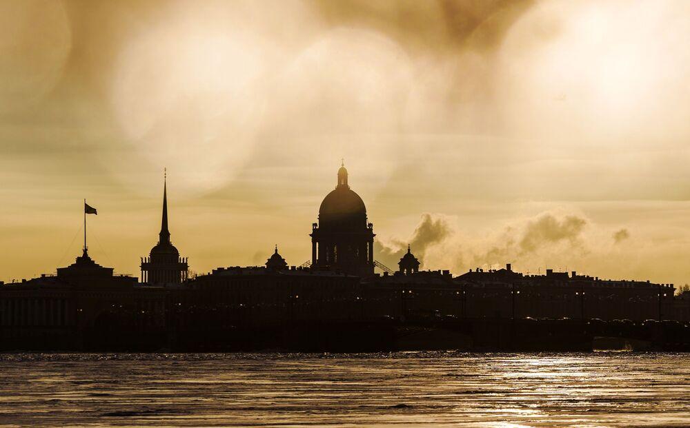 Vista sulla cattedrale di Sant'Isacco e L'Ammiragliato a San Pietroburgo.