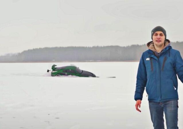 Sportcar di Need for Speed affondata in un lago: passatempo dei blogger russi