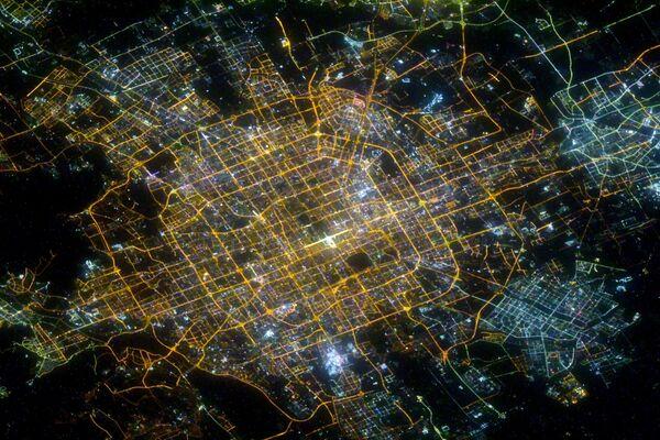 Pechino di notte, la foto scattata dal cosmonauta russo Sergey Kud-Sverchkov dalla ISS.  - Sputnik Italia