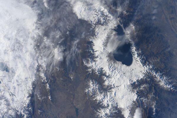 Una vista dallo spazio sul Lago Sevan in Armenia, la foto scattata dal cosmonauta giapponese Soichi Nogutu dalla ISS.  - Sputnik Italia