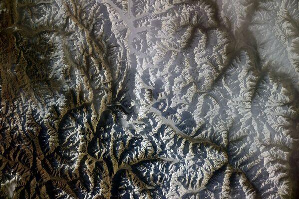 Vista dallo spazio sulla catena montuosa del Karakorum,  la foto scattata dal cosmonauta russo Sergey Kud-Sverchkov dalla ISS.  - Sputnik Italia
