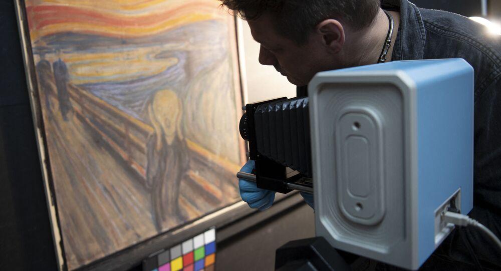 Il curatore del Museo Nazionale norvegese con uno scanner a infrarossi studia il dipinto di Edvard Munch