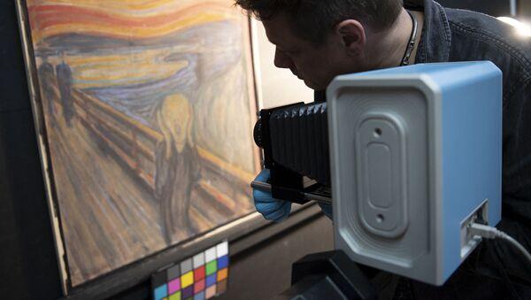 Il curatore del Museo Nazionale norvegese con uno scanner a infrarossi studia il dipinto di Edvard Munch - Sputnik Italia